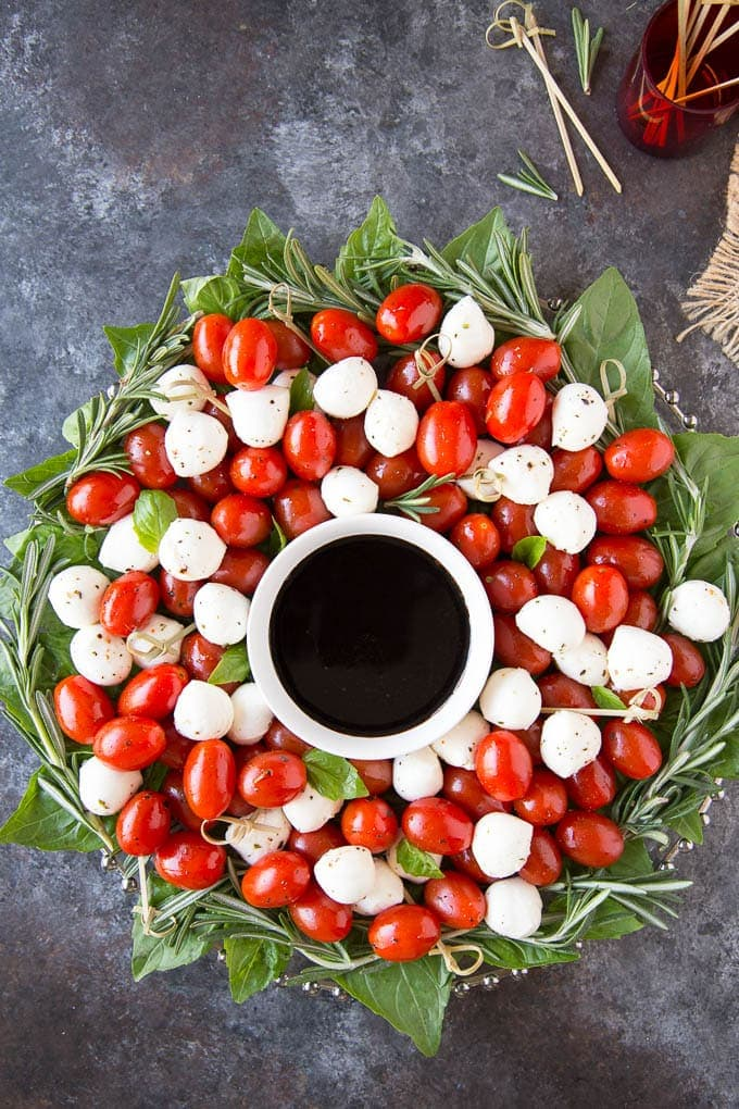 ahhhif youre still looking for a super easy appetizer to serve this christmas here you go a fun and festive caprese salad christmas wreath